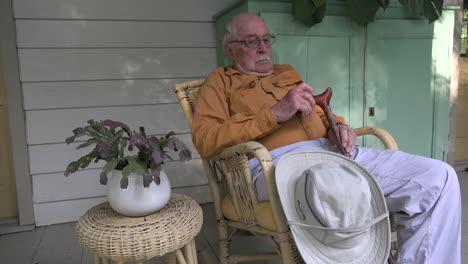Luisiana-Anciano-Con-Bastón-En-Una-Silla