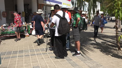 México-Huatulco-Hombre-En-Scooter-Pasa-Turistas