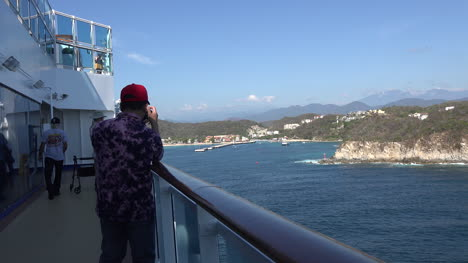 Mexico-Huatulco-photographer-on-ship