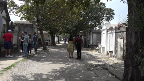 New-Orleans-cemetery-with-tombs-and-people