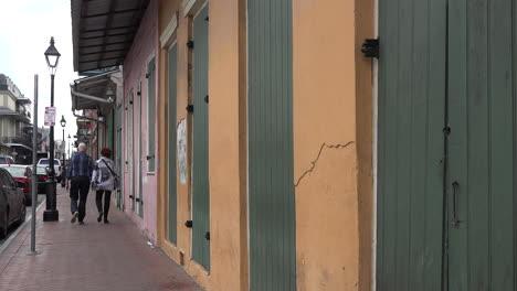 Pareja-De-Nueva-Orleans-Pasea-Por-Casas-Coloridas