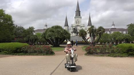 Hombre-De-Nueva-Orleans-Y-Scooter-En-Jackson-Square