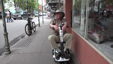 Hombre-De-Nueva-Orleans-En-Scooter-Mira-Hacia-Arriba
