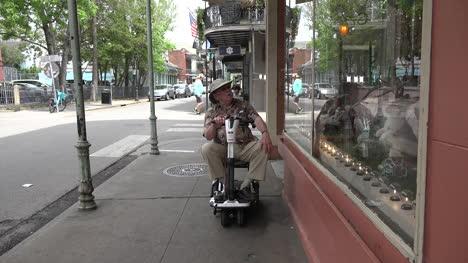 Hombre-De-Nueva-Orleans-En-Scooter-Escaparates