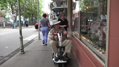 Hombre-De-Nueva-Orleans-En-Scooter-Con-Mujer-Y-Adolescente