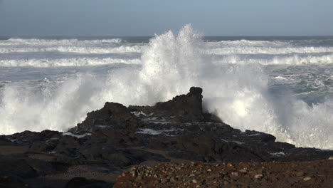 Oregon-coast-big-wave-on-black-rock