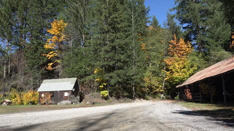 Oregon-Road-Y-Edificios-En-Fall-Woods