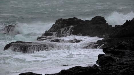 Oregon-Felsen-Mit-Tosenden-Wellen