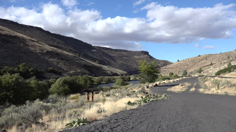Oregon-view-of-hills-around-Deschutes-River