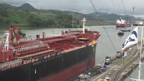 Panamá-Proa-Del-Carguero-Dejando-Esclusas