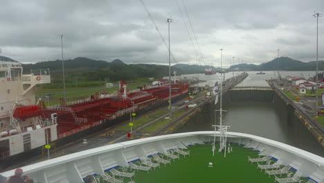 Esclusas-Del-Canal-De-Panamá-Con-Proa-De-Barco
