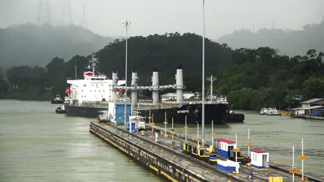Panama-cargo-ship-approaching-locks
