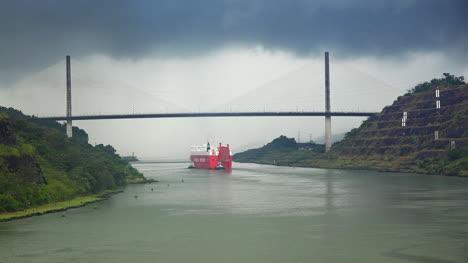 Panama-ship-moves-under-Centennial-Bridge