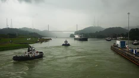 Panamá-Tráfico-En-El-Canal-Pasado-Puente-Centenario
