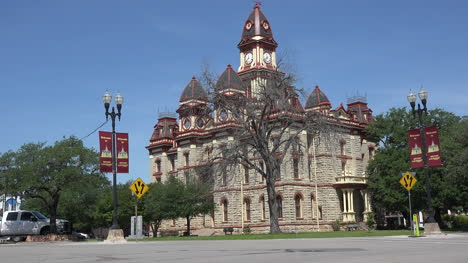 Texas-traffic-and-Lockhart-courthouse