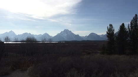 Wyoming-broad-view-of-Tetons-in-afternoon