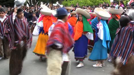 Ecuador-young-people-dancing