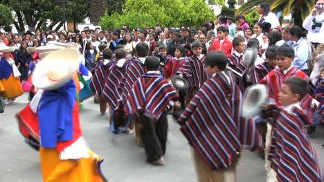 Bailarines-De-Ecuador-En-Un-Parque