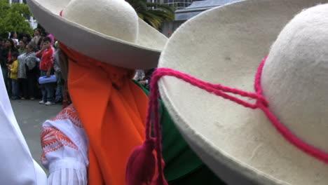 Ecuador-Bailarinas-Con-Sombreros