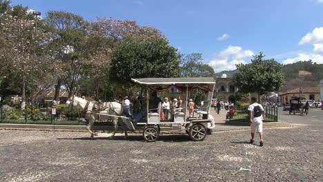 Antigua-Calle-Con-Carro-De-Caballos