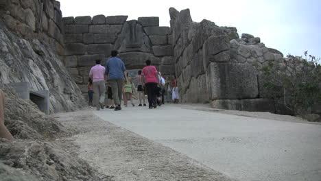 Tourists-approaching-the-Lion-Gate-Mycenae