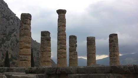 Temple-of-Apollo-Delphi-with-dark-sky