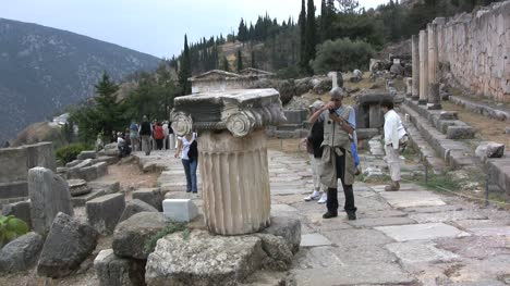 Touriust-photographing-column-at-Delphi