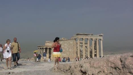 Turistas-En-La-Acrópolis-De-Atenas