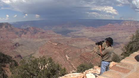 Arizona-Grand-Canyon-man-with-video-camera