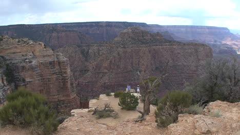 Arizona-Grand-Canyon-Touristen-Auf-Ledge-Globescope