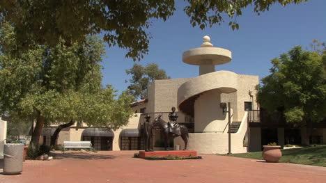 Arizona-Scottsdale-park-with-pioneer-statue