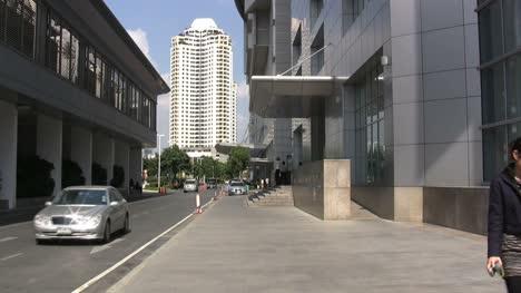 Bangkok-street-scene-with-young-women