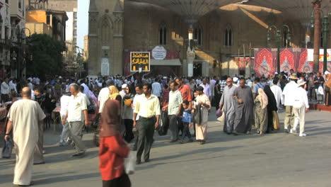 Egypt-crowds-near-a-market