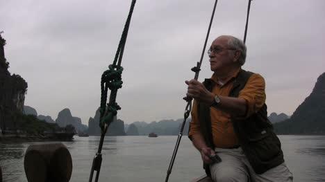 Vietnam-Bahía-De-Halong-Hombre-En-Barco-Sostiene-La-Línea