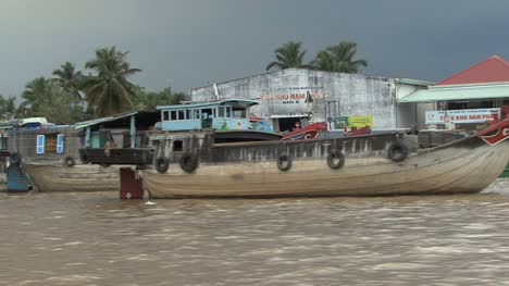 Mekong-settlement-with-boats
