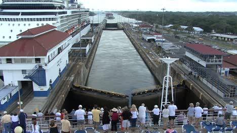 Panama-Canal-Passangers-on-ship-in-Gatun-Locks