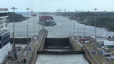 Buque-De-Carga-Del-Canal-De-Panamá-Se-Acerca-A-Las-Esclusas-De-Gatun