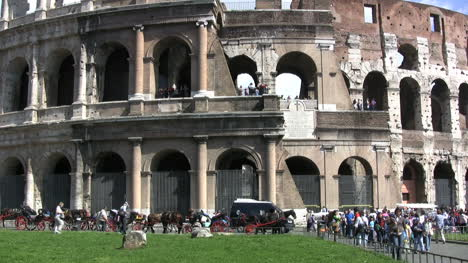Rome-Tourists-at-the-Colosseum