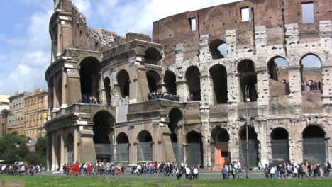 Rome-coliseum-with-tourists