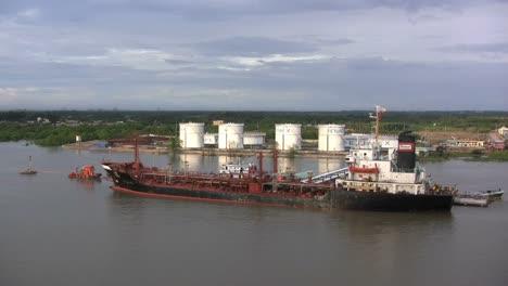 Barco-Del-Río-Saigón-Y-Almacenamiento-De-Petróleo
