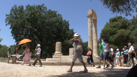 Tourists-and-ruins-at-Olympia-Greece
