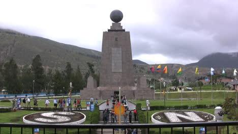 Ecuador-Mitad-del-Mundo-flags