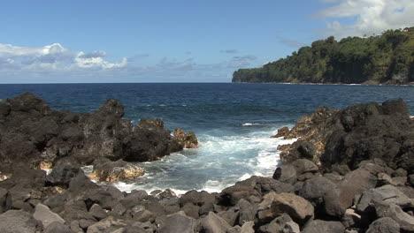 Hawaii-big-waves-at-Laupahoehoe