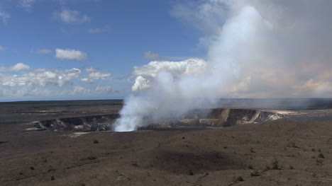Kilauea-Caldera-smoke-eruption