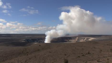 Hawaii-Kilauea-volcano-erupting