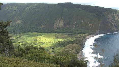 Hawaii-Pans-to-sea-from-Waipi-o-Valley