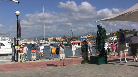 Cabo-San-Lucas-tourists-&-living-statue