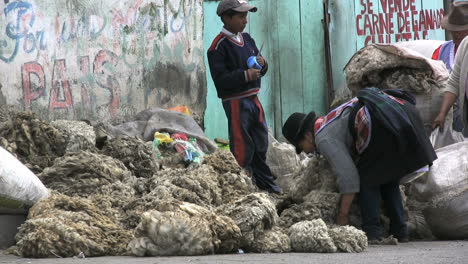Ecuador-market-&-bags-of-wool