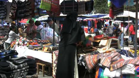 Ecuador-woman-in-Otovalo-market