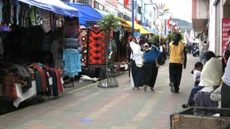 Ecuador-Otovalo-market-with-natives